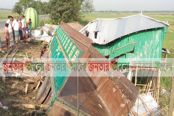 নাটোরে নিয়ন্ত্রণহীন ট্রাক হোটেলে, ঘুমন্ত অবস্থায় প্রাণ গেল দু'জনের