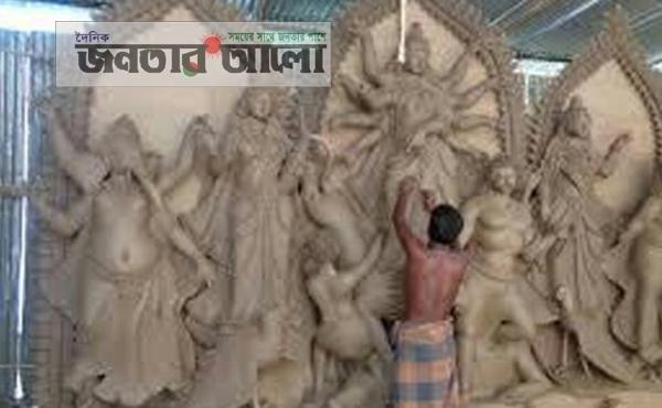 ঠাকুরগাঁওয়ের রাণীশংকৈলে প্রতিমা তৈরিতে ব্যস্ত মৃৎশিল্পীরা
