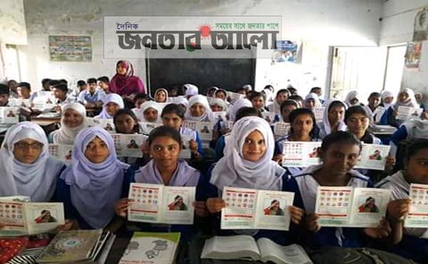 সিরাজগঞ্জের কামারখন্দে বিভিন্ন শিক্ষা প্রতিষ্ঠানে নিরাপদ সড়কের লিফলেট বিতরণ