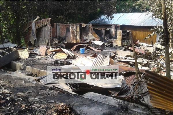 ছাগলনাইয়ায় অগ্নিকান্ডে ৩ পরিবার নি:স্ব